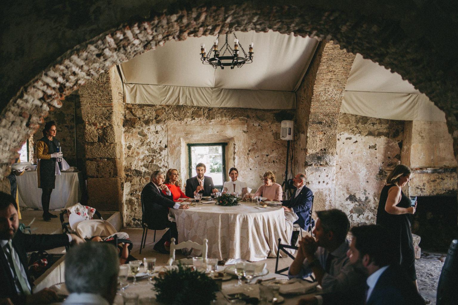 fotografo de boda en el Castillo de Cáceres, Boda Castillo de Cáceres, vídeo de boda, boda elegante, cuadriga, fotos boda natural